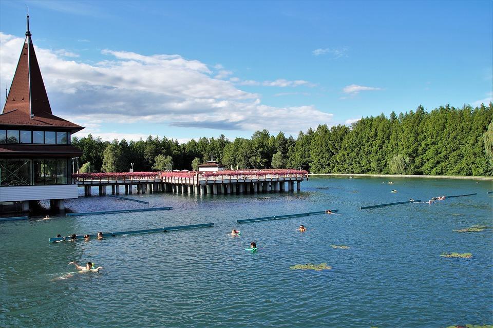 Kezdődik a Hévízi-tó körüli sétány és park felújítása